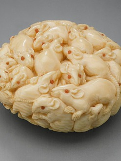 Netsuke shaped like a cluster of rats made from ivory.